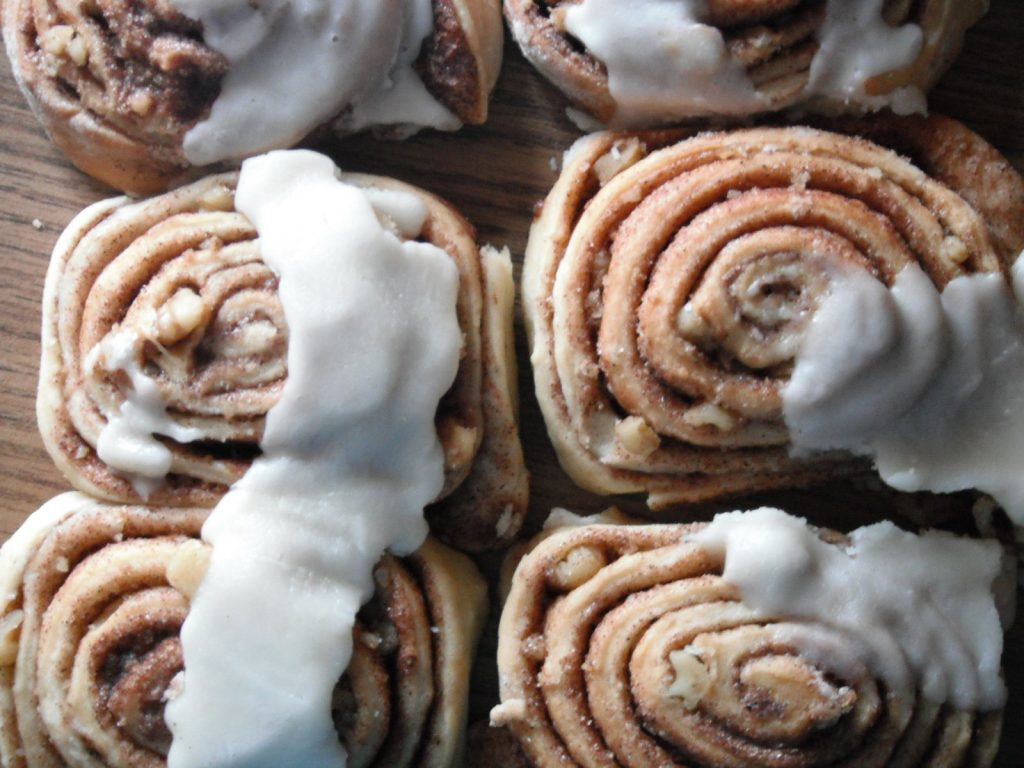 Amish Friendship Bread Cinnamon Rolls by Susan Hunter-Whalen ♥ https://www.friendshipbreadkitchen.com