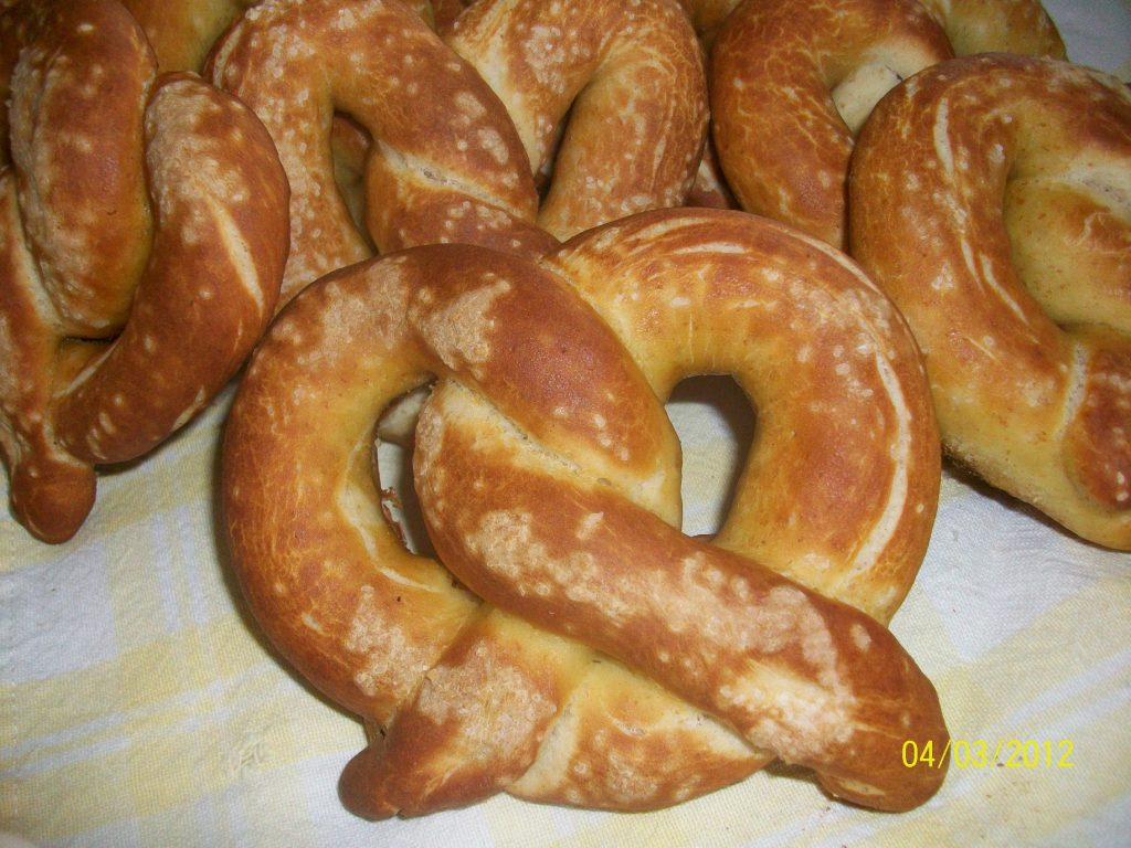Amish Friendship Bread Soft Pretzel Recipe by Heidi Kleyn ♥ friendshipbreadkitchen.com