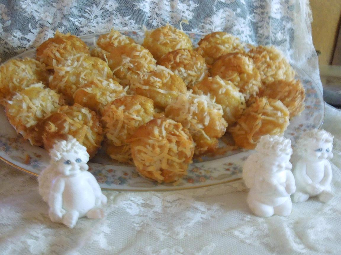Pineapple Coconut Cheesecake Amish Friendship Bread Mini Muffins by Cynthia Skelton | friendshipbreadkitchen.com